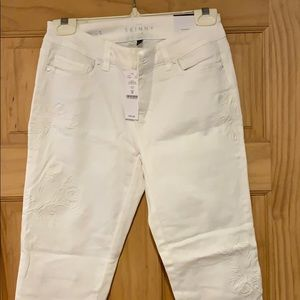 Amazing White Flower embroidered jeans NWT